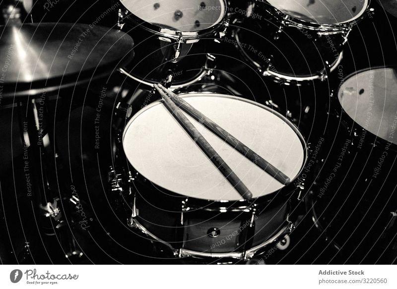 Trommel-Set auf der Bühne in blauen Neon-Scheinwerfern Schlagzeug Schauplatz Gitarre Konzert neonfarbig Felsen Musik Band Entertainment Leistung Pop Klang
