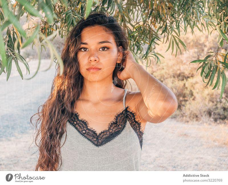 Verspielte trendige junge ethnische Frau in verlassener Landschaft trendy Menschenleer modern lässig Kaktus sandig trocknen Buchse Sonnenlicht Erwachsener
