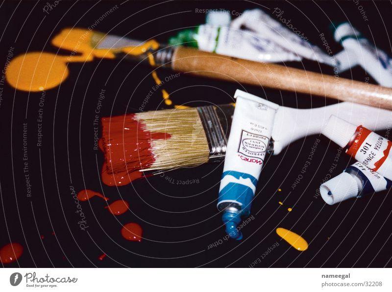 Pinsel und Farbe mehrfarbig Fleck Stillleben schwarz gelb rot grün Holz Werkzeug Tube Gemälde Handwerk Freude Kunst Kultur Acryl blau Kreativität Anstreicher