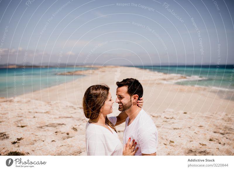 Liebespaar umarmt sich an der Küste Formentera Balearen Spanien Paar Umarmen Meeresufer Küstenlinie Strand romantisch Seeküste Natur Partnerschaft Sommer
