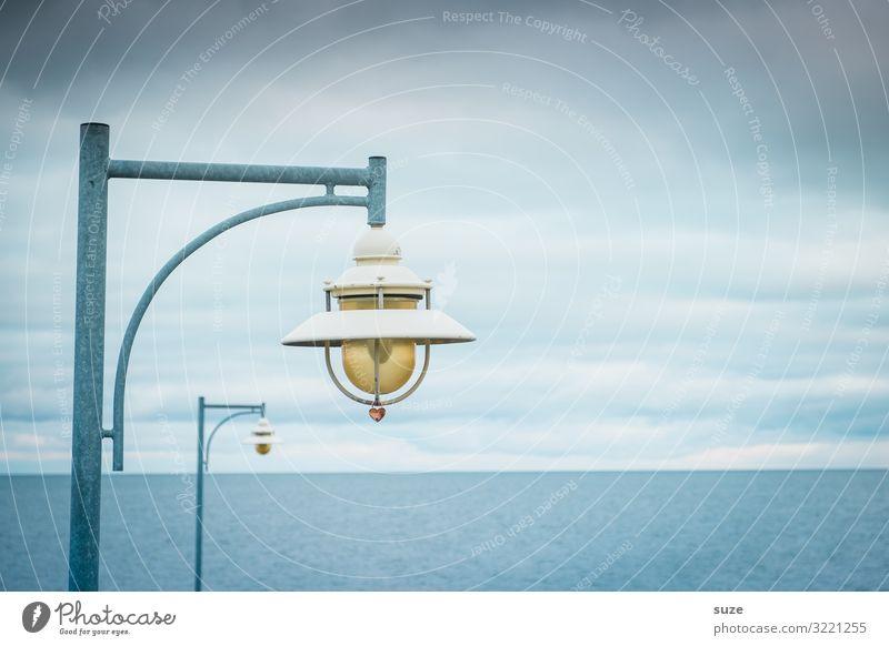 Alte Dame mit Hut und Herz ruhig Meer Umwelt Natur Landschaft Luft Himmel Wolken Horizont Klima Küste Ostsee Brücke Kitsch Krimskrams Zeichen warten kalt blau