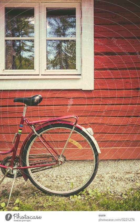Halbes Rad Ferien & Urlaub & Reisen Natur alt rot Haus Fenster Lifestyle Umwelt Fassade Stimmung Freizeit & Hobby retro Fahrrad Idylle stehen authentisch