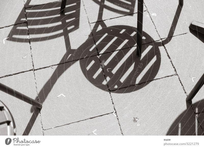 Sitzblockade Sommer grau sitzen warten Beton Boden Stuhl Café Schattenspiel Stuhlbein