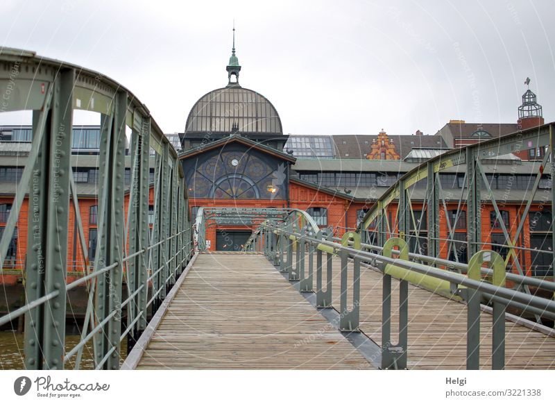 über eine Brücke führt der Weg zur Fischauktionshalle in Hamburg Stadt Hafenstadt Menschenleer Turm Bauwerk Gebäude Fassade Dach Brückengeländer Stein Holz Glas
