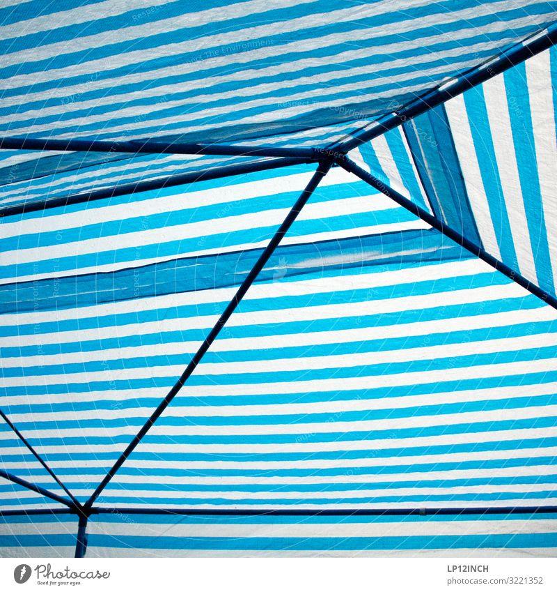In Deckung Ferien & Urlaub & Reisen Sommer blau weiß Feste & Feiern Party Regen Wetter Geburtstag Klima Schutz Sicherheit Dach Streifen Netzwerk Kunststoff