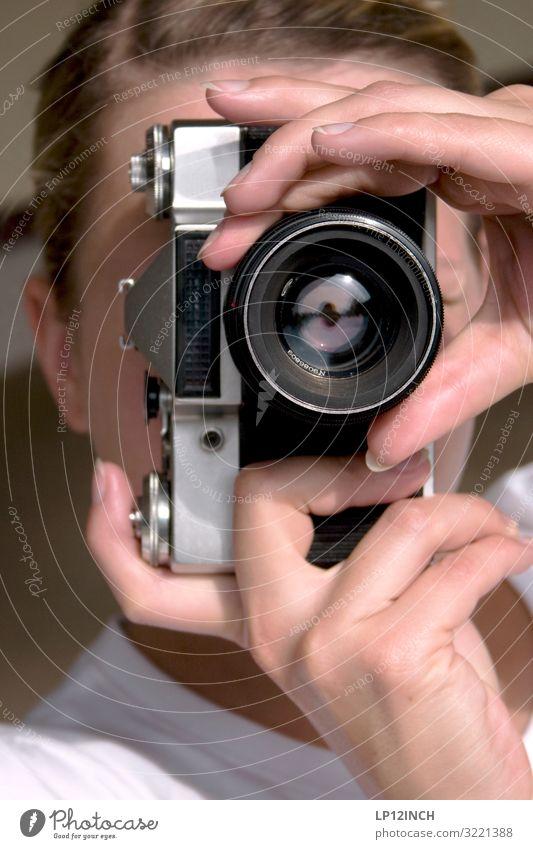 L O O K Frau Jugendliche Junge Frau schön 18-30 Jahre Erwachsene feminin Kunst Freizeit & Hobby ästhetisch Finger Fotokamera Medien analog Künstler Fotograf