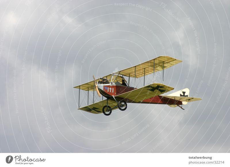 Albertros im Wolkenflug Weltkrieg Flugzeug Oldtimer Luftverkehr Albertross Doppeldecker-Bus