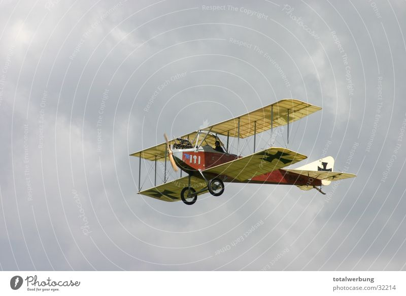 Albertros im Wolkenflug Wolken Flugzeug Luftverkehr Oldtimer Weltkrieg Doppeldecker-Bus