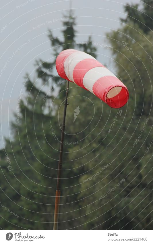 Wetterumschwung Windsocke Windstärke Windsack windig graues Licht Windböe Schietwetter Windgeschwindigkeit Windrichtung windiger Tag trist ungemütlich Umwelt