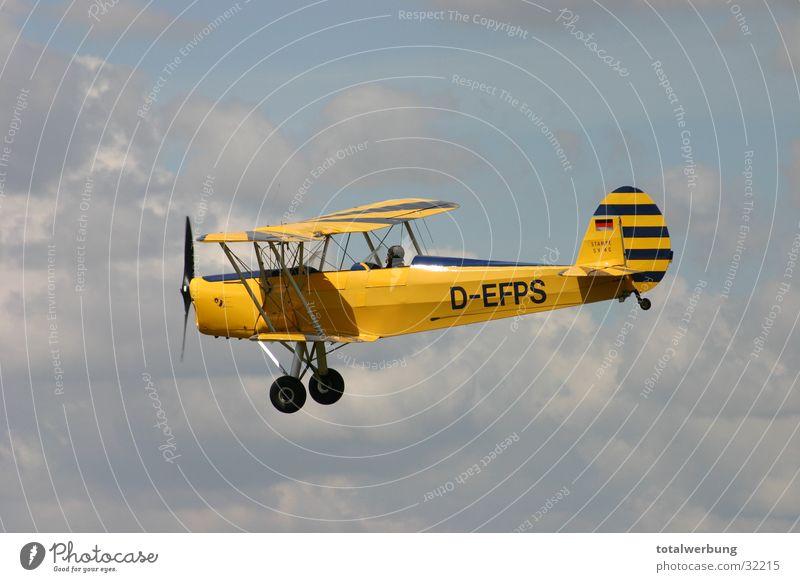 Doppeldecker im Wolkenflug Flugzeug Luftverkehr Doppeldecker-Bus alt Stampe