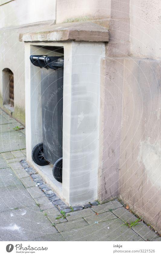 Einstellplatz Müllabfuhr Dorf Kleinstadt Menschenleer Mauer Wand Fassade Nische Müllbehälter Beton Kunststoff authentisch einfach grau parken Farbfoto