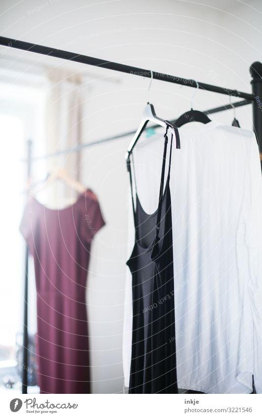 Kleider Lifestyle Stil Häusliches Leben Mode Bekleidung Bluse Kleiderbügel Kleiderständer Second-Hand Laden authentisch hell modern altehrwürdig Farbfoto