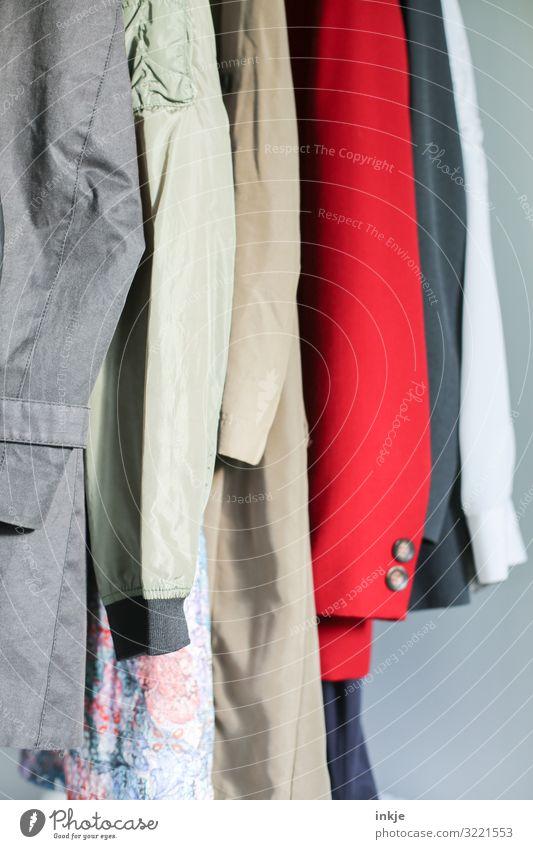 Mäntel Mode Bekleidung Mantel Stoff hängen authentisch viele Second-Hand Laden nebeneinander Ärmel Verschiedenheit Auswahl altehrwürdig Farbfoto mehrfarbig