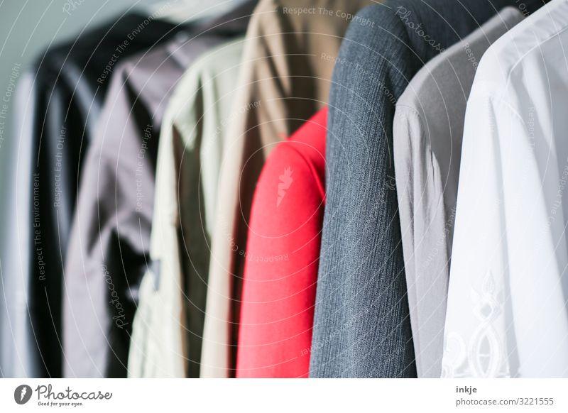 Second-Hand Mode Bekleidung Jacke Mantel hängen authentisch viele nebeneinander altehrwürdig Second-Hand Laden Farbfoto mehrfarbig Innenaufnahme Menschenleer