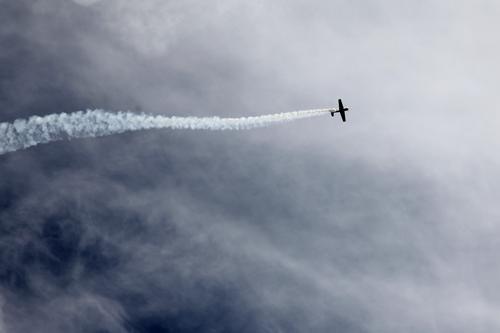 Zeit für die ASU! Himmel Natur Sommer Wolken Umwelt Luft Luftverkehr Geschwindigkeit hoch Flugzeug bedrohlich Streifen sportlich Unwetter Umweltschutz Abgas