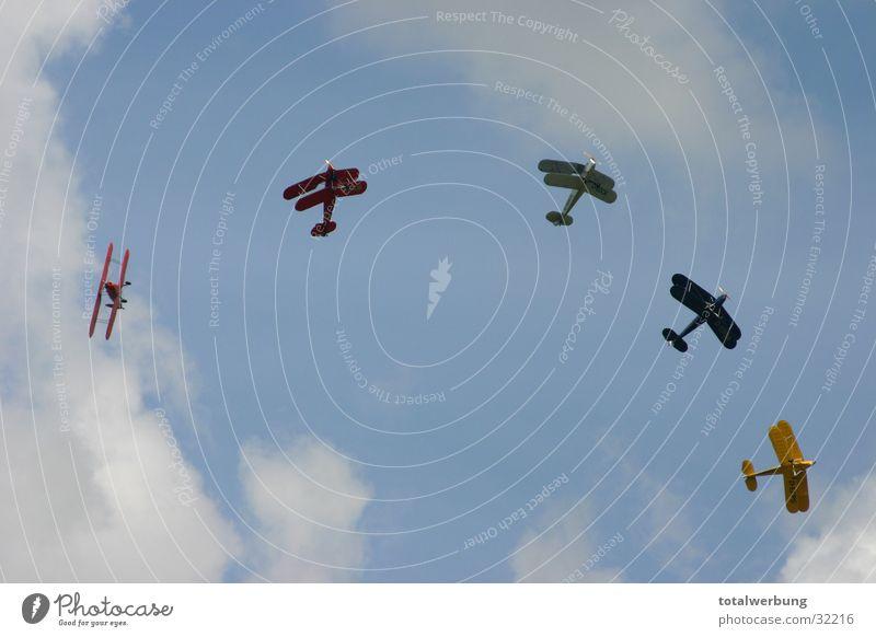 Kunstflug Wolken Flugzeug Luftverkehr Doppeldecker-Bus Bewegung Stampe