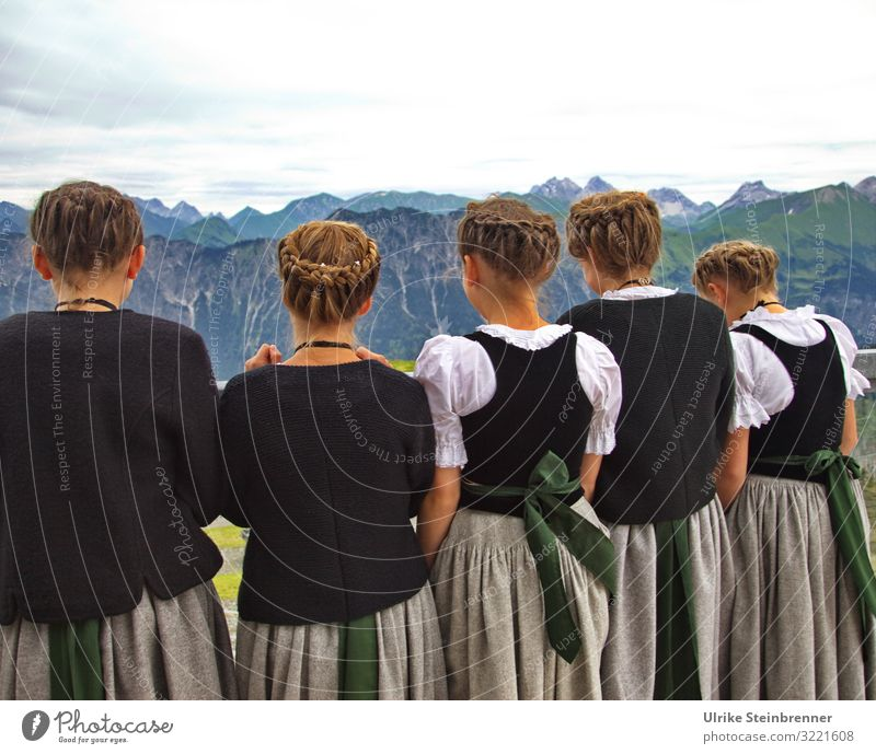 Schickt Jodler ins Tal Kind Mensch Natur Jugendliche Junge Frau Landschaft Freude Mädchen Berge u. Gebirge Leben Umwelt natürlich feminin Menschengruppe