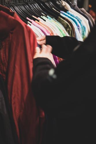 Second Hand Shopping feminin kaufen Second-Hand Laden slow fashion stöbern gebraucht Bekleidung Ladengeschäft Kleiderständer T-Shirt altehrwürdig retro