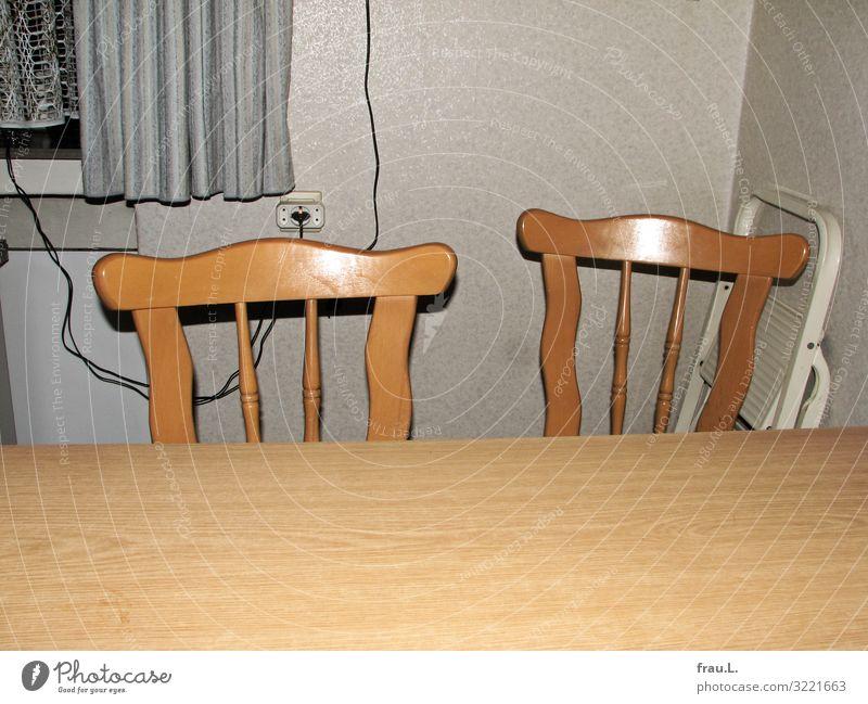 Leere Stühle Häusliches Leben Wohnung Haus Stuhl Tisch Küche alt retro braun Ordnungsliebe bescheiden Traurigkeit Trauer Tod Senior Trennung Vergangenheit