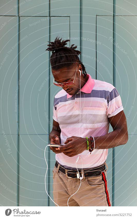 junger Kubaner mit Afrohaar mit dem Handy, Havanna - Kuba Lifestyle Glück Leben Insel Mensch maskulin Junger Mann Jugendliche Erwachsene Körper Kopf