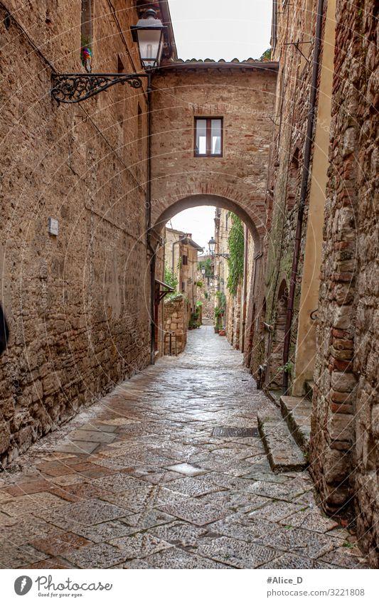 Gasse in Volterra Toskana Italien Ferien & Urlaub & Reisen Europa Dorf Kleinstadt Stadt Altstadt Menschenleer Haus Mauer Wand Fassade Fenster Tür alt Armut