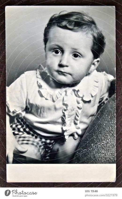 Ulli 19:48 Mensch maskulin Kleinkind Junge 1-3 Jahre Hemd schwarzhaarig kurzhaarig Scheitel Sessel hocken Blick sitzen authentisch schön klein niedlich Coolness