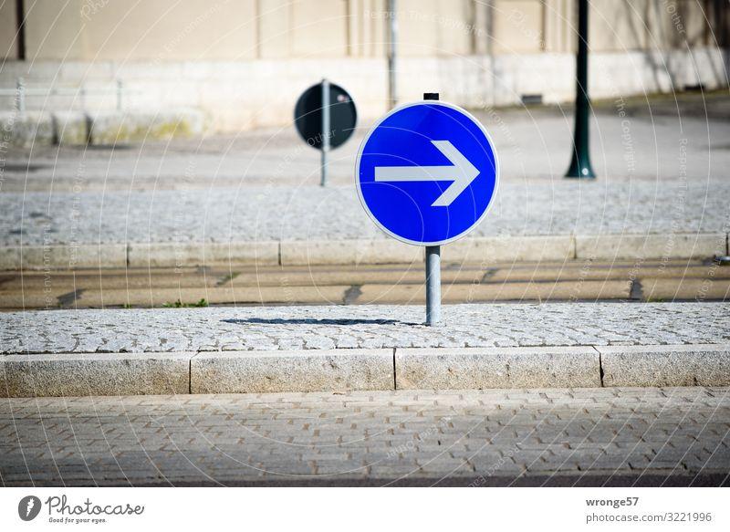 Rechts abbiegen Verkehr Straße Straßenkreuzung Verkehrszeichen Verkehrsschild rund Stadt blau braun weiß Straßenverkehr Pfeil rechts Kreisverkehr