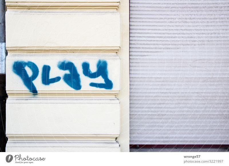 Play Haus Mauer Wand Fassade Schriftzeichen Graffiti Stadt blau grau Schmiererei Spielen Rollladen geschlossen Farbfoto mehrfarbig Außenaufnahme Nahaufnahme
