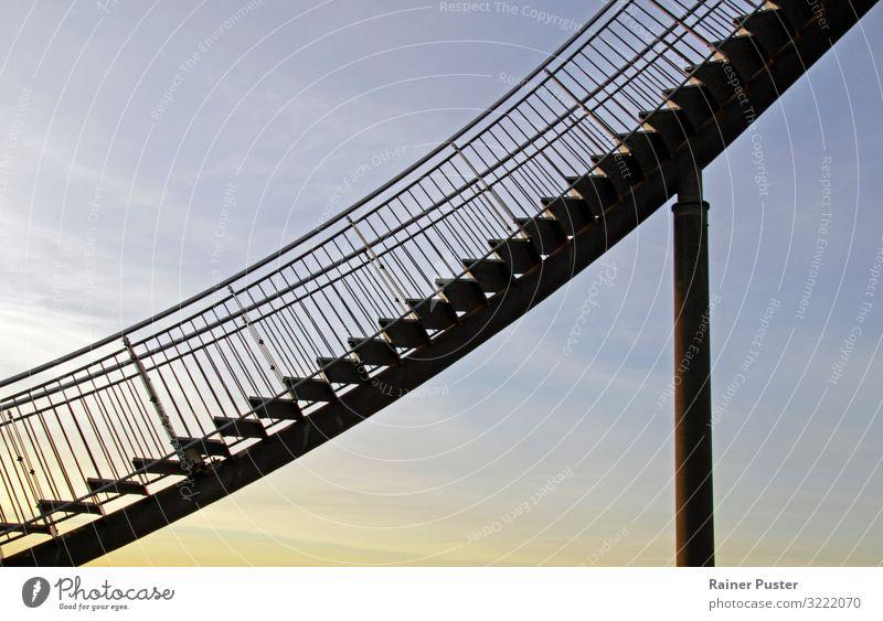 Stahltreppe ragt in den Himmel blau schwarz gelb Treppe Wachstum Erfolg hoch Sehenswürdigkeit Reichtum Karriere Ausdauer fleißig Börse diszipliniert