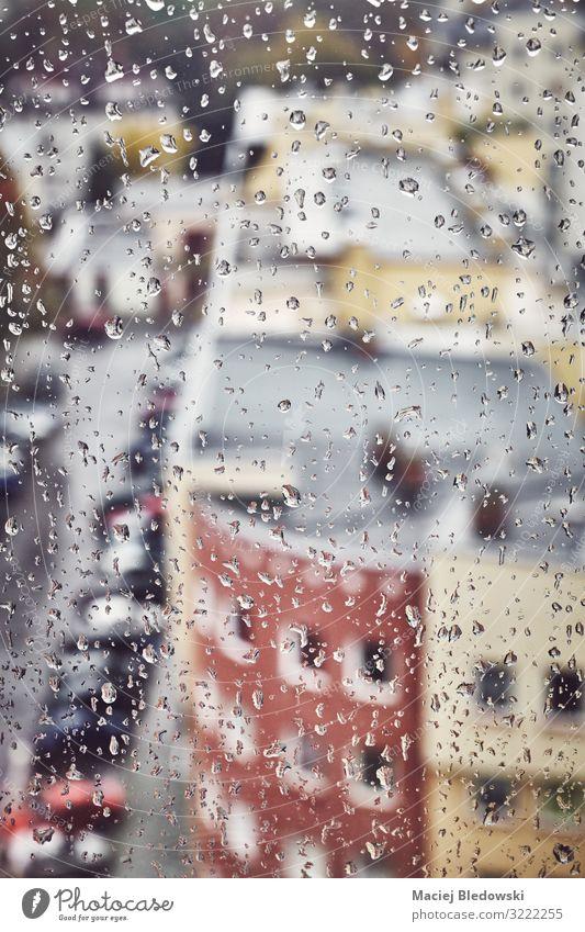 Einsamkeit Fenster Straße Traurigkeit Gebäude Häusliches Leben Wohnung Regen Wetter nass Trauer Tropfen Städtereise Verfall Nostalgie Großstadt