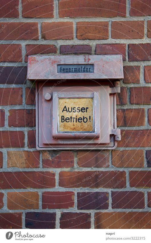 AUSSER BETRIEB Feuermelder Berlin Mauer Wand alt kaputt rot Angst Todesangst gefährlich bedrohlich Kommunizieren Rettung Sicherheit außer Betrieb Lebensgefahr