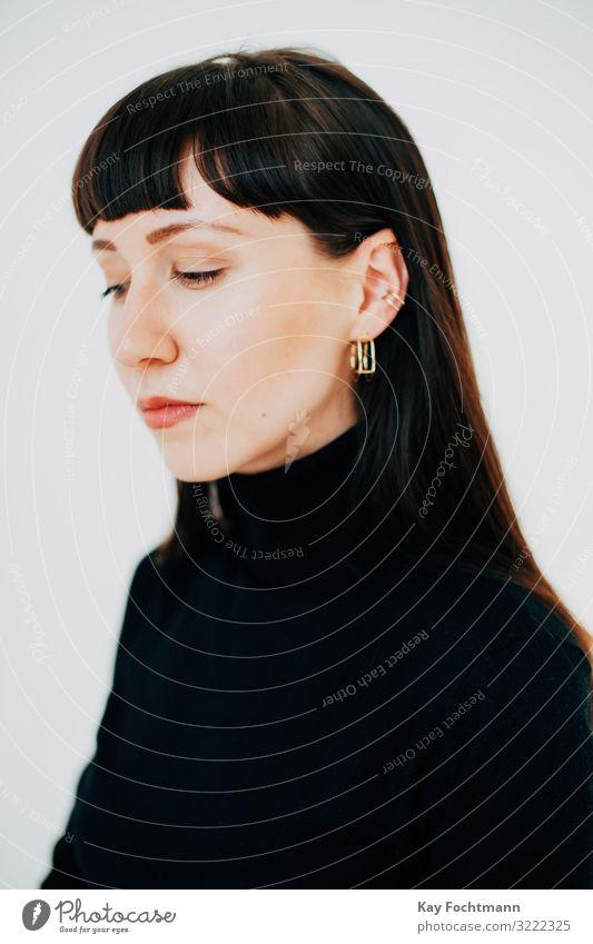 Portrait einer eleganten Frau mit Blick nach unten Erwachsener attraktiv schön Schönheit brünett geschlossene Augen verzweifelt Eleganz Emotion Mode feminin