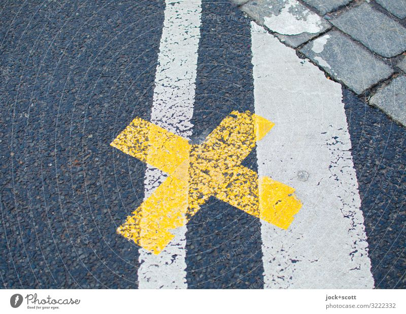 genau hier beim Kreuz auf der Straße Prenzlauer Berg Verkehrswege Verkehrsregel Fahrbahnmarkierung Asphalt Kopfsteinpflaster Linie authentisch einfach unten