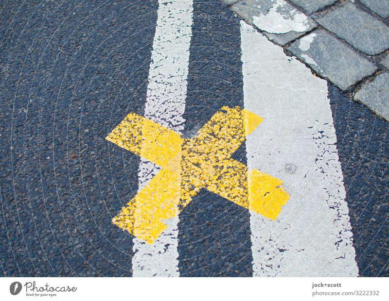 genau hier beim Kreuz auf der Straße Verkehrswege Fahrbahnmarkierung Asphalt Kopfsteinpflaster Linie unten gelb grau Sicherheit Ordnungsliebe Symmetrie