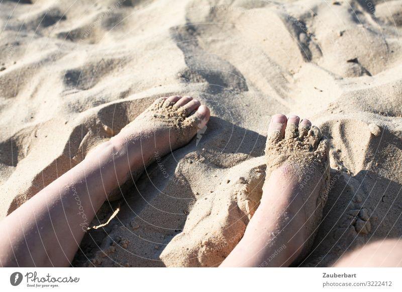 Kinderfüße im Sand Ferien & Urlaub & Reisen Sommer Sommerurlaub Sonne Strand Kindheit Beine Fuß 3-8 Jahre Sonnenlicht genießen Spielen Glück klein niedlich