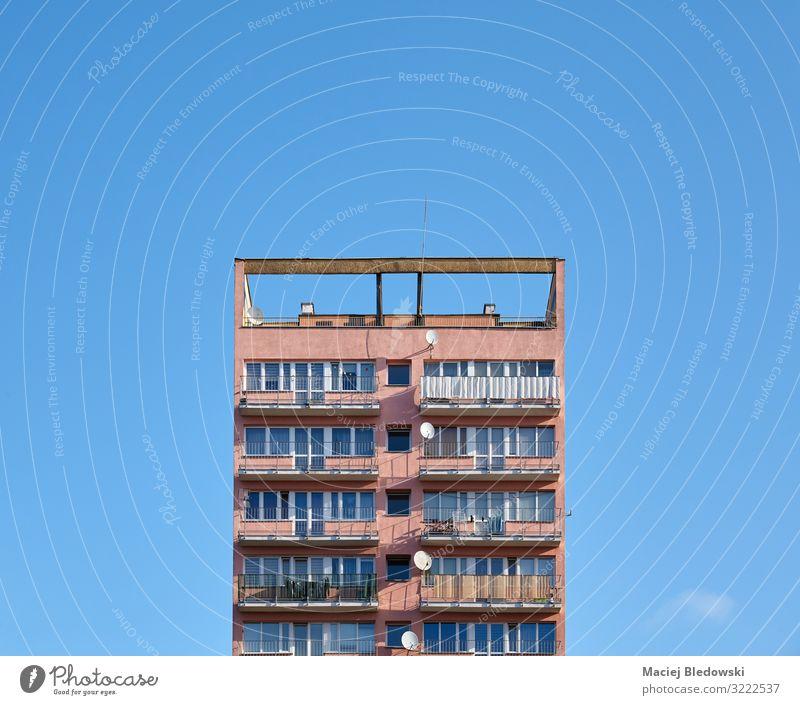 Altes Wohngebäude gegen den blauen Himmel Häusliches Leben Wohnung Haus Hausbau Kleinstadt Stadt Hochhaus Gebäude Architektur Fassade Balkon Beton alt Heimweh