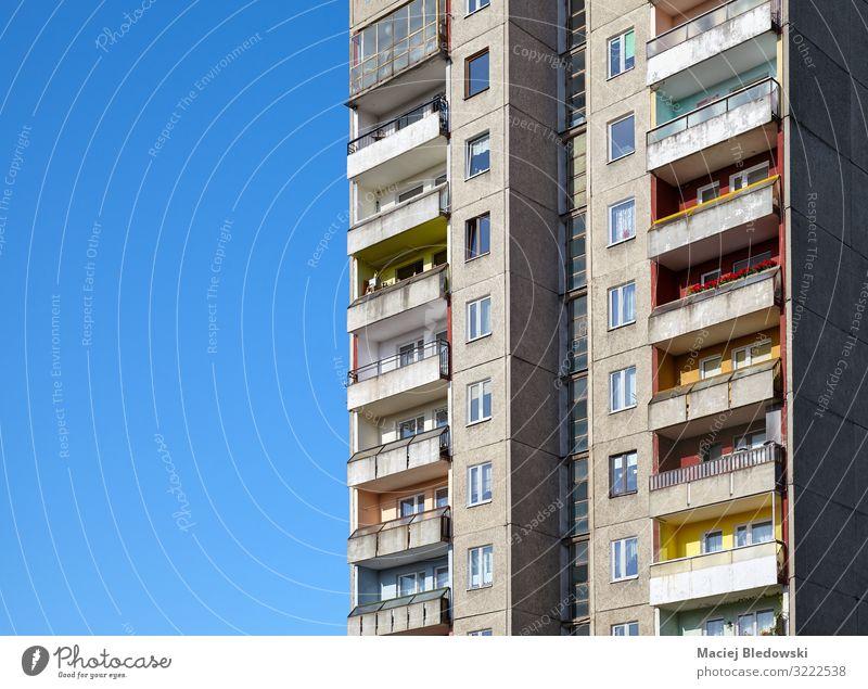 Altes Wohngebäude gegen den blauen Himmel Häusliches Leben Wohnung Haus Hausbau Wolkenloser Himmel Hochhaus Gebäude Architektur Mauer Wand Fassade Balkon Beton