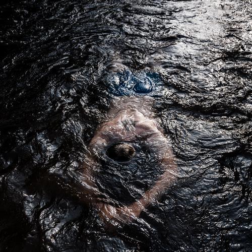 Erfrischung Sport Schwimmen & Baden Mann Erwachsene Körper 1 Mensch Urelemente Wasser Fluss Dreisam Bewegung Erholung tauchen dunkel schwarz Stimmung Farbe