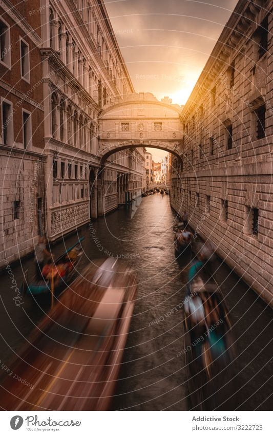 Gondeln entlang des Kanals zwischen Stadtgebäuden Wasser Gondellift reisen Venedig Italien Wahrzeichen Langzeitbelichtung Architektur Boot alt Himmel Gebäude
