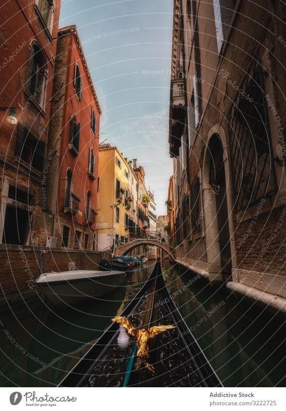 Goldene Vogelgondel schwebt zwischen farbigen Häusern Kanal Gondellift Architektur Boot Wasser reisen Italien Venedig Wahrzeichen alt Himmel Schnabel ornamental