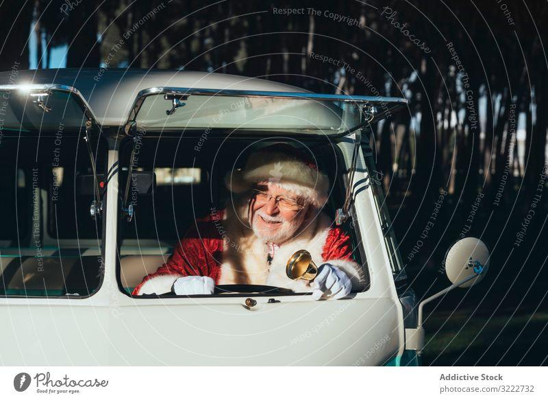 Fröhlicher Weihnachtsmann mit Glocke im Lieferwagen Kleintransporter Fahrer Weihnachten Feiertag Mann Veranstaltung Klingel Fahrzeug Verkehr Senior männlich
