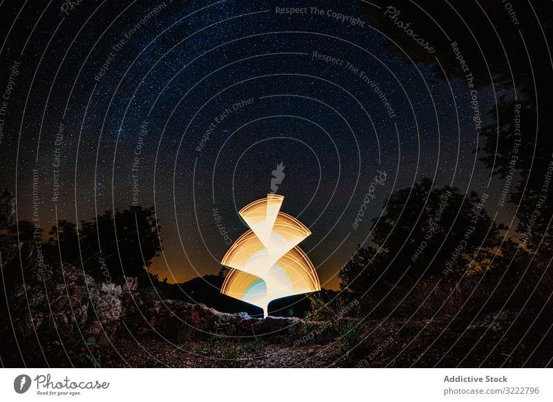 Helle Malerei in der dunklen Nacht Mysterium Raum Lichtmalerei Leuchtstofflampe Konzept Langzeitbelichtung Himmel Leuchtdiode futuristisch Tapete neonfarbig
