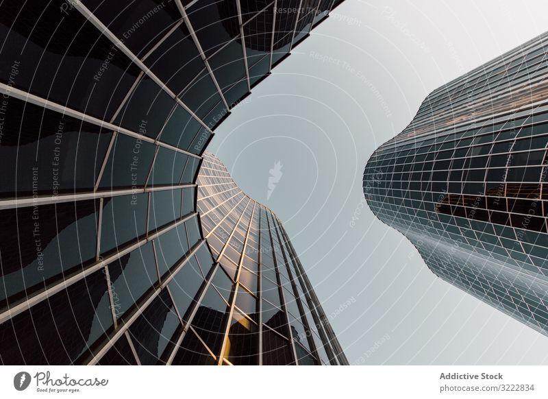 Rundes geometrisches Gebäude eines Geschäftszentrums mit verspiegelten Wänden futuristisch Architektur Entwicklung urban Konstruktion Struktur Büro