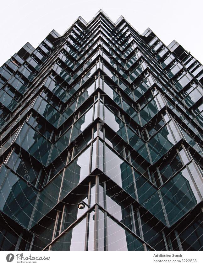 Geometrisches Gebäude eines Geschäftszentrums mit verspiegelten Wänden geometrisch Architektur hoher Anstieg urban Konstruktion Perspektive Außenseite Struktur