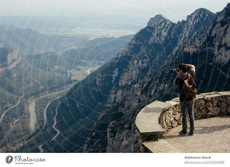 Mann fotografiert Landschaft von der Aussichtsplattform aus fotografierend Beobachtung Ambitus Aussichtspunkt Barcelona Spanien atemberaubend Kamm reisen