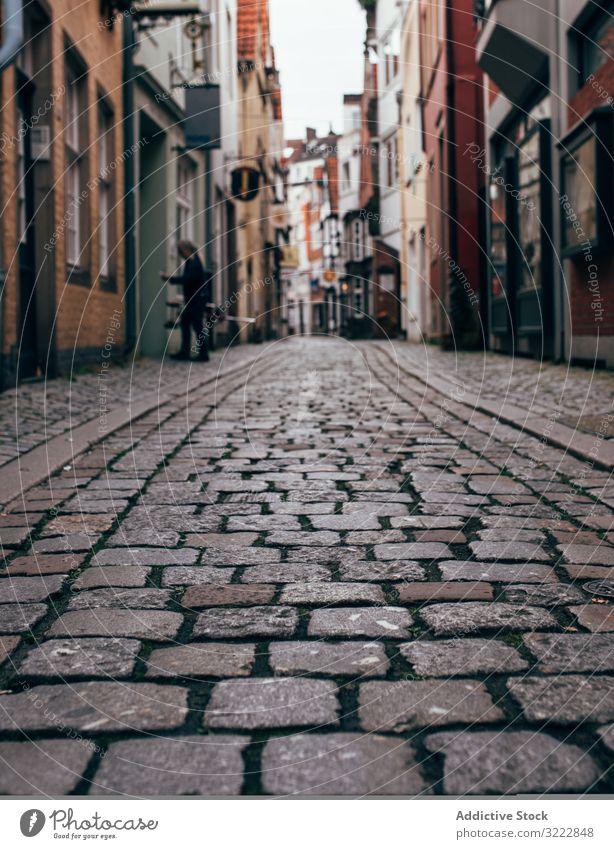 Schmale Steinpflasterstraße mit Häusern in der Stadt Kopfsteinpflaster Straße Architektur eng Gebäude Perspektive Straßenbelag Haus Großstadt Außenseite urban