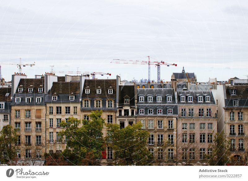 Blick auf typische europäische Gebäude Architektur Haus Außenseite Mansarde Standort Kontrast modern wohnbedingt Europa grau Skyline Großstadt alt Stadt