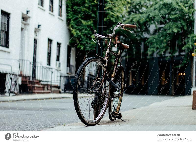 Fahrrad auf der New Yorker Straße geparkt Bürgersteig urban Vorstadt Straßenbelag Mitfahrgelegenheit Transport Verkehr Lifestyle New York State Großstadt