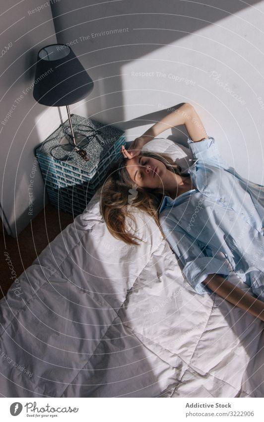 Nachdenkliche Frau im Liegen auf dem Bett Melancholie Angebot besinnlich Einsamkeit Frustration langhaarig müde allein nachdenklich Windstille attraktiv