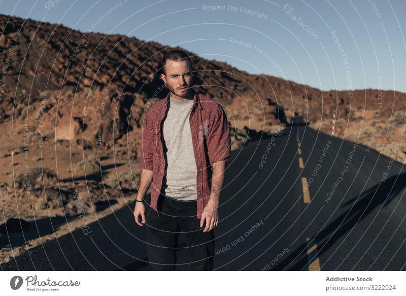 Mann zu Fuß auf Bergstraße auf der Insel Teneriffa Straße wüst Berge u. Gebirge Sonnenuntergang Einsamkeit Spanien Autoreise jung männlich gutaussehend Reise